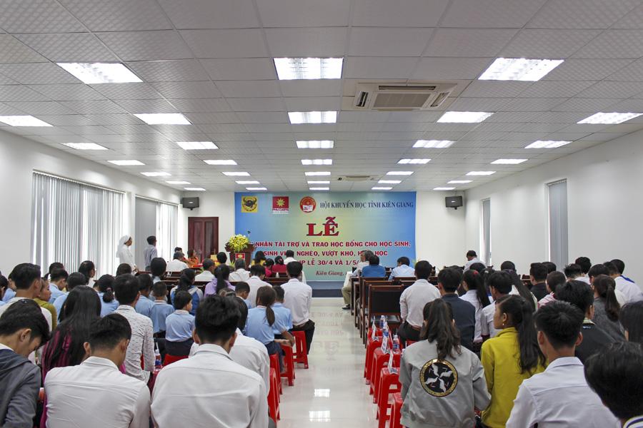 Hội Khuyến học Kiên Giang tổ chức lễ đón nhận tài trợ và trao học bổng cho HS-SV nghèo khó