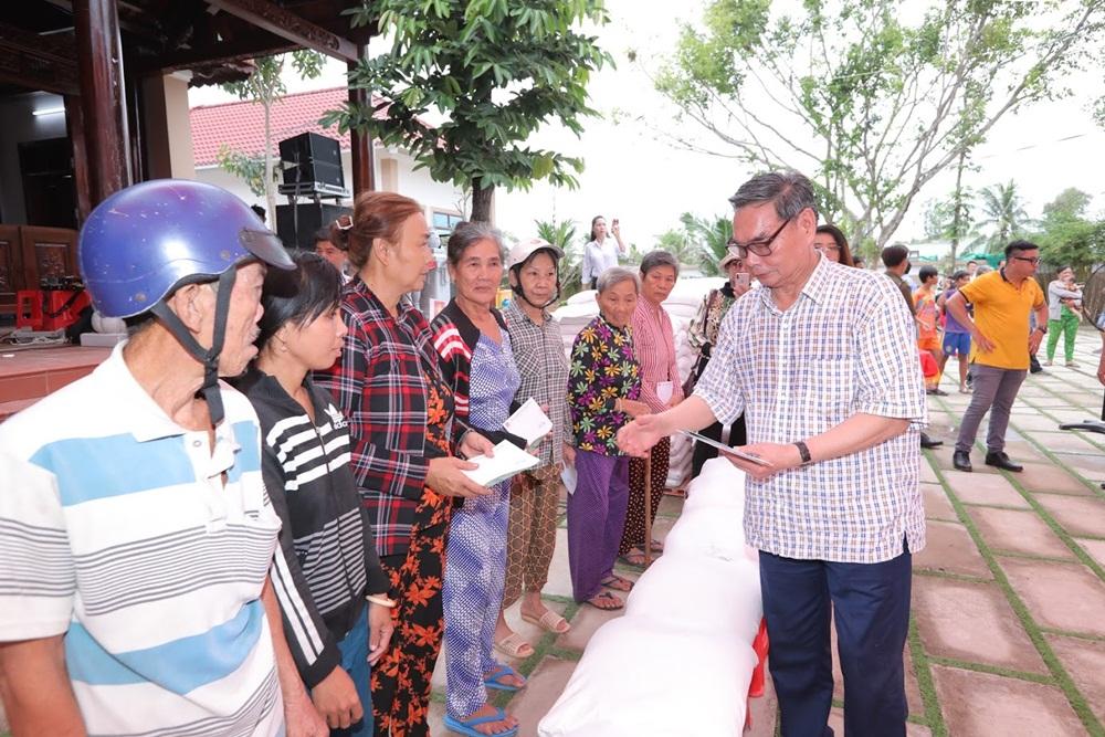 Đại tướng Lê Hồng Anh trao quà cho người nghèo vùng U Minh Thượng
