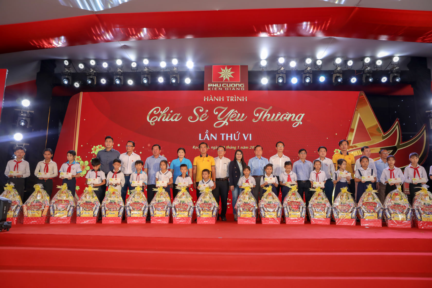 Phú Cường Kiên Giang trao 2.500 phần quà Tết cho các gia đình khó khăn.